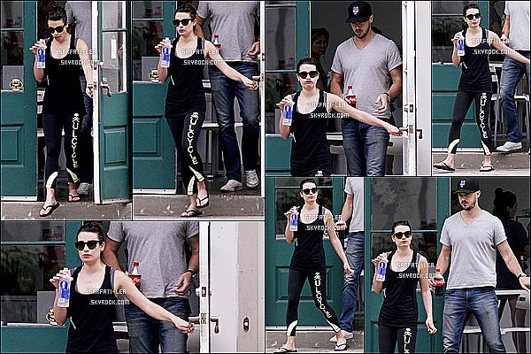 * 25/04/15 : Lea Michele s'est rendue avec son copain Matthew au restaurant « Healthy », à la Nouvelle-Orléans. Le couple ne se sépare plus en ce moment, ils sont vraiment adorables. Lea porte une tenue simple mais que j'aime bien, surtout le bas - Donc Top !  *