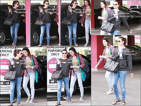 * 09/06/15 : Lea Michele a été photographiée alors qu'elle quittait  un studio - situé dans le quartier d'Hollywood. Lea était accompagnée d'une amie. Lea M superbe et elle porte une tenue très simpliste mais que j'aime bien. C'est donc un Top pour moi. Et vous ?  *