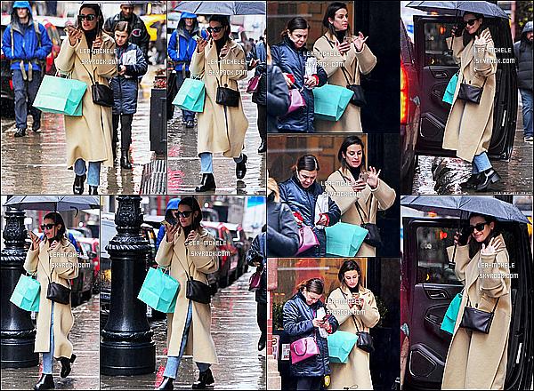 * '•-09/12/19-' : La belle Lea Michele a été répérée lorsqu'elle se promenait dans les rues de New York - avec sa mère Edith. Lea est très belle. J'aime beaucoup la tenue qu'elle porte, surtout son manteau beige. Ses lunettes de soleil sont jolies aussi. C'est un Top. *