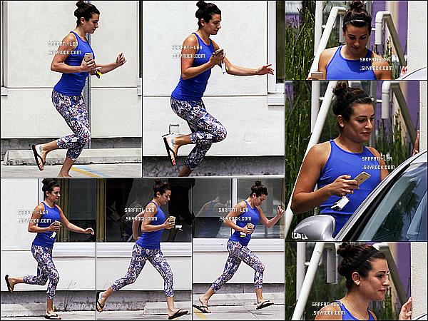 * 07/07/15 : Lea Michele a été aperçue quand elle quittait une salle de sport qui se trouve en Nouvelle-Orléans. Pas beaucoup de photos sont disponibles. Lea avait l'air pressée et pas d'humeur à voir les paparazzis. Elle porte une tenue simple mais j'aime bien.  *