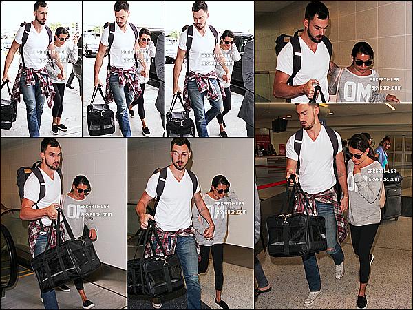 * 25/08/15 :  Lea Michele a été repérée alors qu'elle se rendait avec Matthew à l'aéroport  « LAX »  de Los Angeles. Lea se rendait à la Nouvelle-Orléans pour la reprise du tournage de la série Scream Queens. J'aime bien la tenue qu'elle porte. Je lui donne un Top.  *