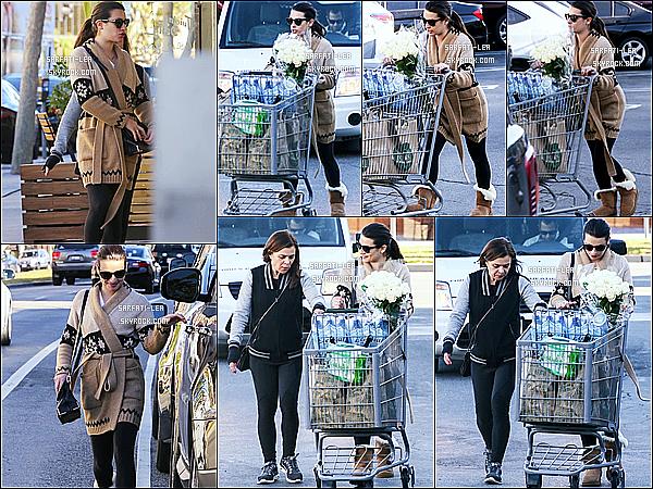 * 14/12/15 :  Lea  a été aperçue alors qu'elle faisait du shopping avec sa mère Edith, dans les rues de Los Angeles. Ca faisait longtemps qu'on n'avait pas vu Lea avec sa mère. J'aime bien la tenue qu'elle porte, surtout son manteau et ses bottes. Un Top pour moi.  *