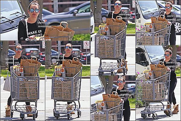 * 13/04/16 : Lea a été aperçue quand elle quittait le centre commercial « Whole Foods », situé dans Los Angeles. Lea n'est pas très souriante, c'est dommage. Sinon j'aime son chignon et ses lunettes de soleil. Sa tenue est simple mais j'aime bien. Top pour moi !  *