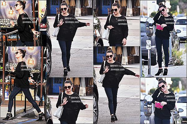 * 05/04/16 : Lea a été répérée alors qu'elle quittait le salon « Ridin Hair & Nails » qui se situe dans Los Angeles. Lea Michele est belle est assez souriante. J'aime beaucoup la tenue qu'elle porte. Ses lunettes de soleil sont superbes aussi. Je lui mets donc un Top.  *