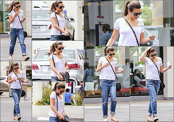 * 05/05/16 : Lea Michele a été aperçue quand elle quittait le pressing « Fazio Cleaners », situé dans Brentwood. Lea est toute belle. Elle porte une tenue simple mais qui est jolie je trouve. J'aime bien aussi ses lunettes de soleil et son sac. C'est un Top pour moi.  *