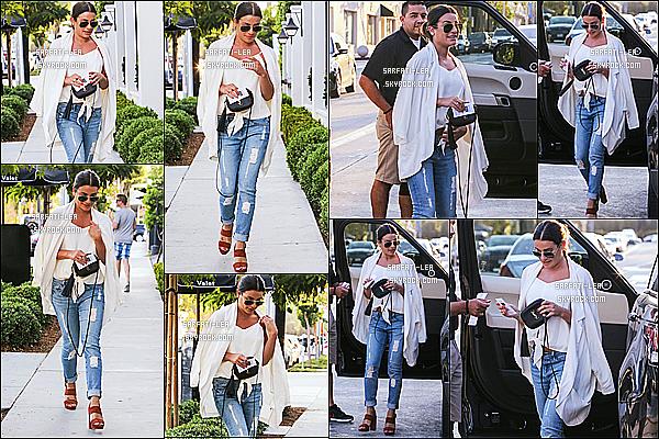 * 02/08/16 : Lea a été aperçue alors qu'elle arrivait au restaurant « Gracias Madre », situé dans West Hollywood. Lea est très belle. J'aime beaucoup la tenue qu'elle porte. Ses lunettes de soleil, son sac et ses chaussures sont jolies également - Un Top pour moi !  *