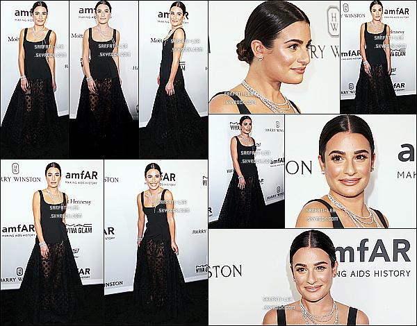 * 27/10/16 : Lea Michele a assisté à l'événement, « amfAR Inspiration Gala » - qui avait lieu dans Hollywood. Lea était resplendissante. J'aime beaucoup son chignon et son maquillage discret. La robe qu'elle porte est magnifique je trouve. Donc Top pour moi.  *