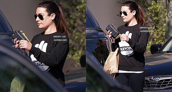 * 17/11/16 : Lea Michele a été repérée seule, alors qu'elle rejoignait sa voiture - dans un parking à Los Angeles. Dommage qu'il y ait seulement deux photos disponibles. Lea est jolie. Elle porte une tenue simple mais qui est sympa. C'est donc un Top pour moi !  *