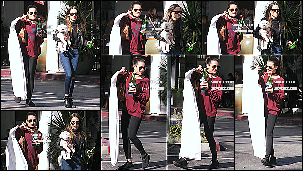 * 21/11/16 : Lea Michele a été aperçue alors qu'elle faisait ses courses avec une de ses amies, dans Beverly Hills. Lea est jolie et toute souriante, ça fait plaisir de la voir comme ça. Elle porte une tenue assez basique mais qui est superbe je trouve. C'est un Top !  *