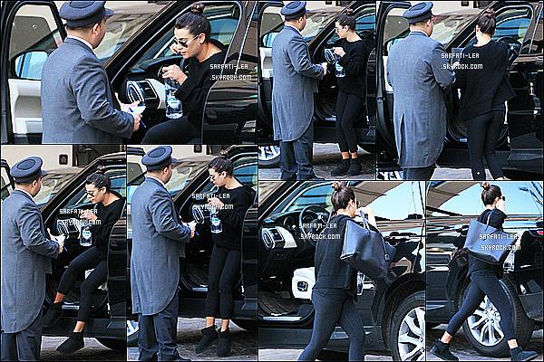 * 28/02/17 : Lea M. a été repérée, alors qu'elle quittait sa voiture - dans un parking dans les rues de Beverly Hills. On ne voit pas vraiment le visage de Lea sur certaines photos ce qui est dommage. Elle porte de nouveau une tenue simple mais j'aime bien. Top !  *