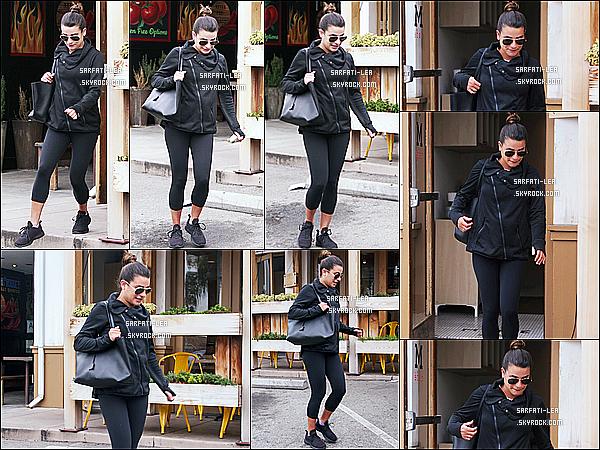 * 27/02/17 : Lea Michele a été aperçue, alors qu'elle quittait un café - qui se trouve dans les rues de Los Angeles. Lea est toute belle. Son chignon est sympa. Elle porte une tenue assez simple mais que j'aime bien. J'iame bien aussi son sac et ses lunettes, un Top  *