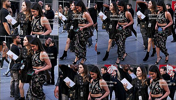 * 12/02/17 : Lea était présente à la 59ème édition de la cérémonie des « Grammy Awards » - dans Los Angeles. Lea est vraiment magnifique. Par contre pour une fois je ne suis pas fan de son maquillage, mais sa coiffure est très jolie. J'aime bien sa tenue. Top.  *