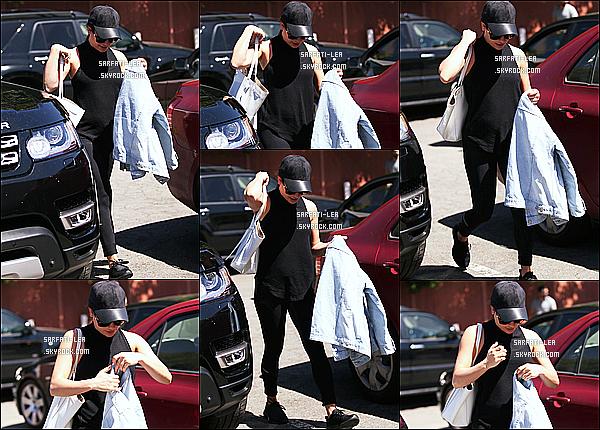 * 28/03/17 : Lea Michele a été repérée, alors qu'elle quittait un « M Cafe » après y avoir déjeuné - à Los Angeles. Lea est est superbe même si elle est un peu cachée par sa casquette. Elle porte une tenue basique noire que j'aime bien - Je lui donne donc un Top.  *