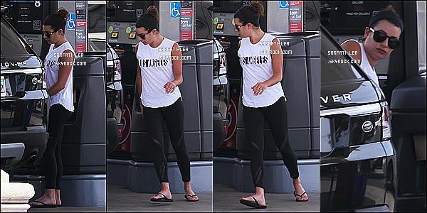 * 17/03/17 : Lea a été photographiée par les paparazzis, alors qu'elle se promenait - dans les rues de Brentwood. Il n'y a pas beaucoup de photos disponibles pour cette sortie. En tout cas Lea est jolie. J'aime bien son chignon et sa tenue basique, un Top pour moi  *