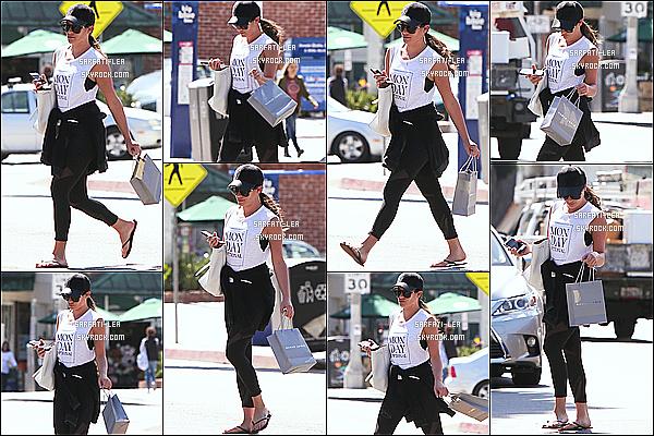 * 27/03/17 : Lea a été aperçue alors qu'elle quittait le « Montana Ave Shopping Mall », situé dans Los Angeles. Lea est toute belle. Elle porte une tenue assez basique mais que j'aime bien. Sa casquette est sympa et lui va bien je trouve - Je lui donne un Top !  *