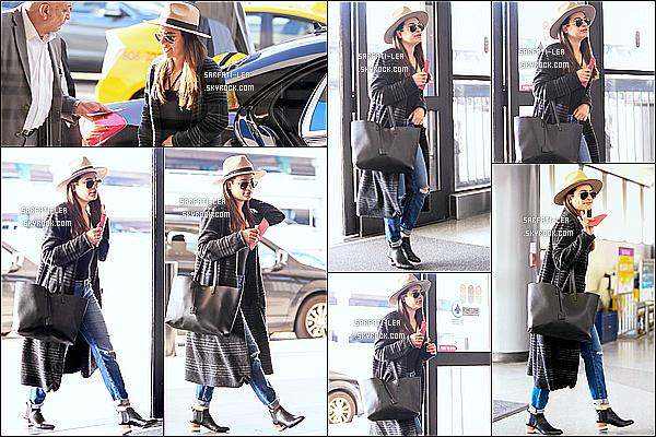 * 30/03/17 : Lea Michele a été aperçue seule, quand elle arrivait à l'aéroport « LAX » - se trouvant à Los Angeles. Lea est jolie. Son chapeau et ses lunettes de soleil lui vont bien. J'aime beaucoup la tenue qu'elle porte. Son sac est superbe aussi. Un Top pour moi.  *