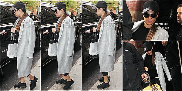 * 30/04/17 : Lea M. a été repérée - alors qu'elle quittait l'hôtel « Mercer » - se trouvant dans les rues de New York. Dommage qu'il n'y ait pas beaucoup de photos. On ne voit pas trop la tenue de Lea mais elle à l'air sympa, en tout cas j'aime bien la veste. Un Top  *