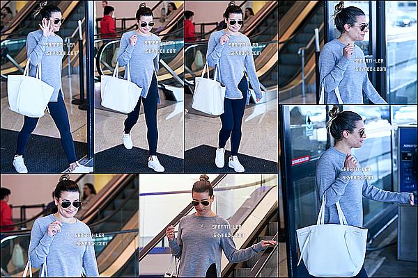 * 20/06/17 : Lea Michele a été aperçue alors qu'elle arrivait à l'aéroport « LAX », qui se trouve dans Los Angeles. Lea est toute belle. Ca fait plaisir de la voir souriante. J'aime bien la tenue qu'elle porte. Ses lunettes de soleil sont superbes aussi. Un Top pour moi.  *