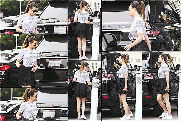 * 28/05/17 : Lea a été aperçue, alors qu'elle quittait le restaurant « Craig's » - qui se trouve dans West Hollywood. Le lendemain, Lea a été vue à une station d'essence à Los Angeles. Lea est belle. J'aime bien les tenues qu'elle porte, surtout la deuxième. Des Tops  *