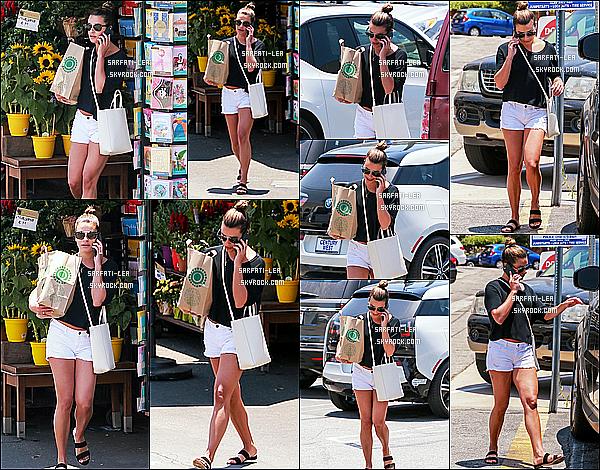 * 06/07/17 : Lea Michele a été aperçue quand elle quittait le magasin « Whole Foods » se trouvant à Brentwood. Lea était toute jolie. J'aime bien son chignon. J'aime beaucoup aussi la tenue qu'elle porte, ainsi que ses lunettes de soleil. Je lui donne donc un Top.  *