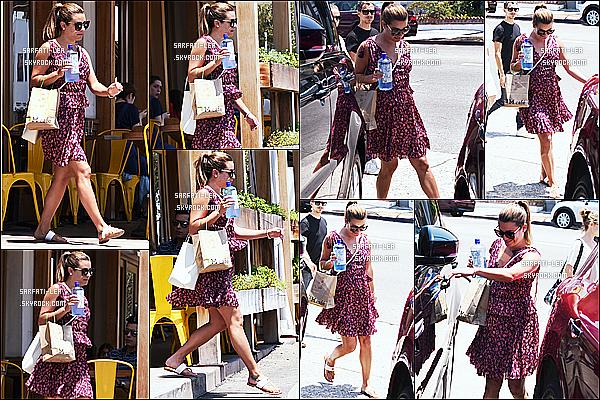 * 10/07/17 : Lea Michele a été aperçue seule, lorsqu'elle quittait le « M Cafe » qui se trouve dans West Hollywood. Plus tard, Lea a été vue quittant la maison d'une amie toujours à West Hollywood. Lea est ravissante. J'aime beaucoup sa robe. Je lui mets un Top.  *