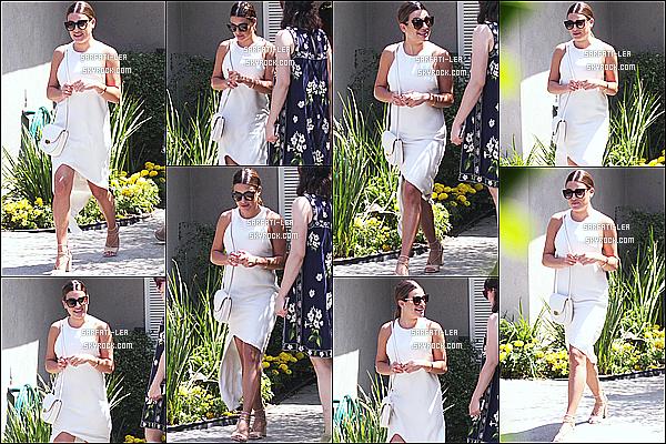* 13/08/17 : Lea a été aperçue, lorsqu'elle quittait la fête, « Jen Klein Day Of Indulgence » - située à Brentwood. Lea M. était vraiment ravissante.La tenue qu'elle porte est très jolie je trouve. J'aime bien aussi ses lunettes et son sac. C'est donc un Top pour moi.  *