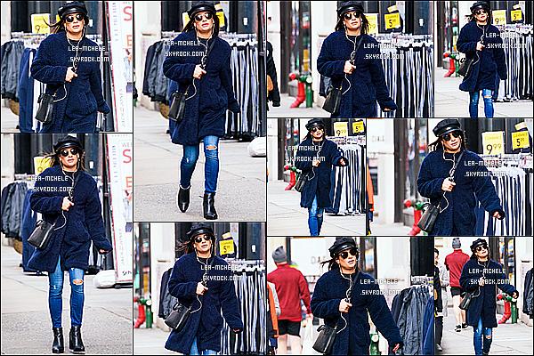 * 19/12/17 :    Lea Michele a été aperçue cette fois-ci seule, alors qu'elle se promenait - dans les rues de New York City. Lea est belle. J'aime beaucoup la tenue qu'elle porte, sa veste est très jolie. La casquette et les lunettes de soleil lui vont bien je trouve, c'est donc un Top  *