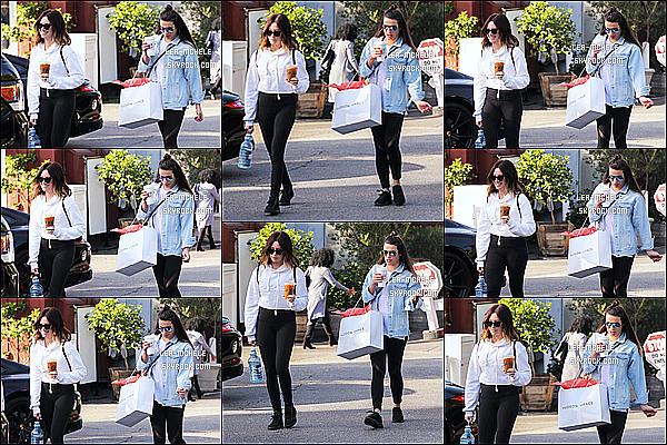 * 03/12/17 :    Lea Michele a été aperçue alors qu'elle se promenait - dans les rues de Brentwood - avec Ashley Tisdale. Ca fait plaisir de voir de nouveau Lea, après plusieurs semaines sans nouvelles. Lea est très jolie. J'aime beaucoup la tenue qu'elle porte - Top pour moi !  *