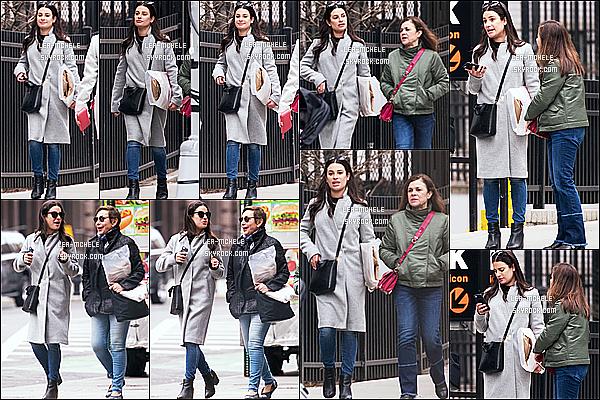 * 18/02/18 :    Lea Michele a été repérée, lorsqu'elle se promenait dans les rues de New York City - avec sa mère Edith. Lea est très belle. J'aime trop la tenue qu'elle porte, son manteau est joli. Ses lunettes de soleil et son sac sont superbes également. Je lui donne un Top.  *