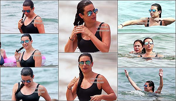 * 20/03/18 :    Lea Michele a été repérée lorsqu'elle passait du bon temps avec sa mère Edith sur une plage - de Hawaii. Lea est donc toujours en vacances avec sa mère. Elle est vraiment ravissante. Son maillot de bain est toujours au Top - Ses lunettes de soleil sont jolies !  *
