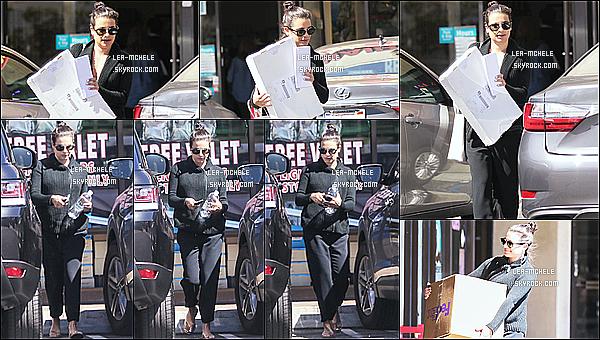 * 26/03/18 :    Lea M. a été repérée lorsqu'elle quittait une agence « FedEx », se trouvant dans les rues de Los Angeles. Lea est superbe. Elle porte une tenue assez simple mais que j'aime bien. Ses lunettes de soleil sont jolies. Le chignon lui va bien aussi. Un Top pour moi.  *