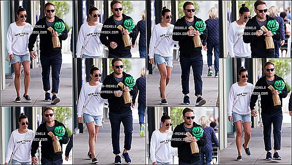 * 06/04/18 :    Lea a été repérée, lorsqu'elle se promenait dans les rues de Los Angeles, avec son copain Zandy Reich. Lea est ravissante. Ses lunettes de soleil lui vont bien je trouve. J'aime trop la tenue qu'elle porte, tout est très beau. Le chignon est jolie. Un Top pour moi  *