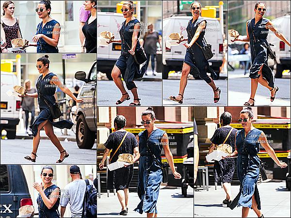 * 16/07/17 :    La ravissante Lea Michele, a été aperçue, seule - alors qu'elle se promenait - dans les rues de New York. Lea est toute belle et toute souriante. Le chignon lui va bien. J'aime trop la robe qu'elle porte. Ses lunettes de soleil sont superbes. C'est un Top pour moi.  *