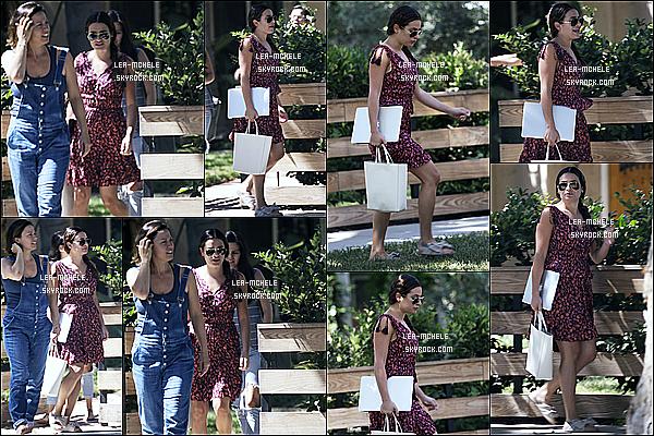 * 03/08/17 :    Lea Michele a été repérée - quand elle quittait la maison d'une amie - située dans les rues de Studio City. Lea est très jolie. J'aime beaucoup la robe qu'elle porte, elle lui va à merveille je trouve. Ses lunettes de soleil sont superbes aussi. C'est un Top pour moi.  *