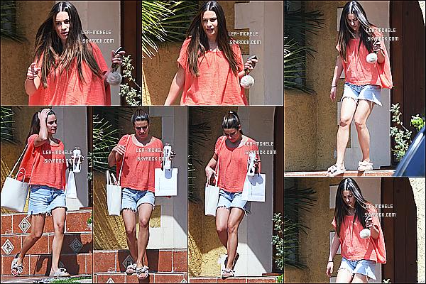 * 27/08/18 :    Lea Michele a été repérée seule, alors qu'elle quittait la maison d'un ami, qui se situe dans Los Angeles. Lea est belle. J'aime bien quand elle a les cheveux détachés. J'aime beaucoup la tenue qu'elle porte. Ses chaussures sont sympas aussi. Top pour moi !  *