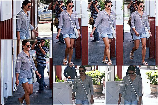 * 21/09/18 :    Lea M. s'est rendue au centre commercial « Brentwood Country Mart » qui se trouve dans Brentwood. Lea est toute belle et toute souriante. J'aime beaucoup la tenue qu'elle porte. Ses lunettes de soleil sont superbes. J'aime bien aussi ses chaussures. Top  *