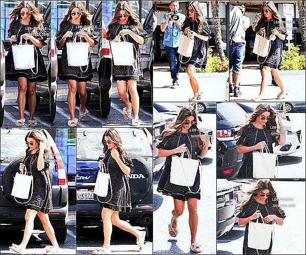 * 26/09/18 :    La belle Lea M. a été repérée seule - alors qu'elle faisait du shopping - dans les rues de West Hollywood. Lea Michele était très belle. J'aime bien quand elle a les cheveux détachés. La robe qu'elle porte est très jolie et lui va à merveille, je lui mets donc un Top  *