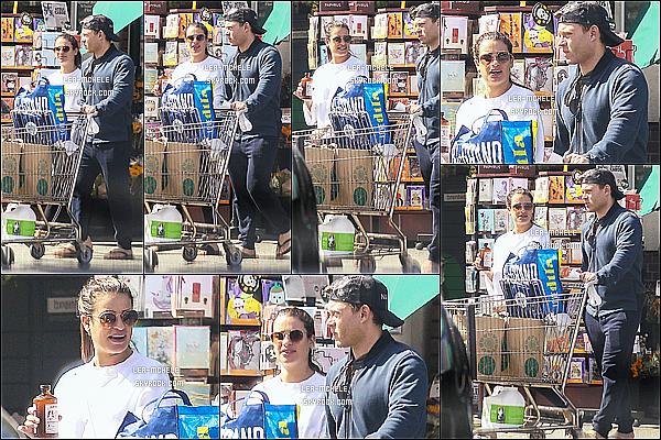* 07/10/18 :    Lea M. a été repérée quand elle quittait le magasin « Whole Foods » avec son copain, dans Los Angeles. Lea est belle. On ne voit pas trop la tenue qu'elle porte mais son haut blanc est joli. Ses lunettes de soleil sont superbes. Je lui mets quand même un Top  *