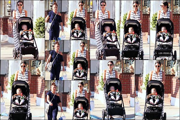 * '•-09/06/21 ─-' Lea M. a été aperçue alors qu'elle se promenait avec son fils Ever Leo et sa mère Edith dans les Hamptons. Lea M. s'est apparemment pris des vacances dans les Hamptons avec sa famille. Elle est toute belle et souriante. J'adore sa robe. Un Top. *