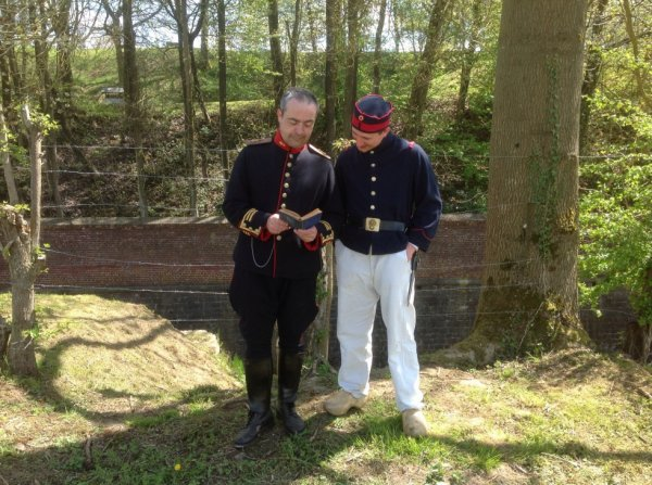 Officier Grenadier et soldat en tenue de corvée