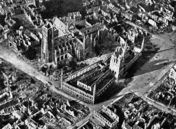 Ypres ma ville, début 1915, bientôt, elle sera quasi rasée.