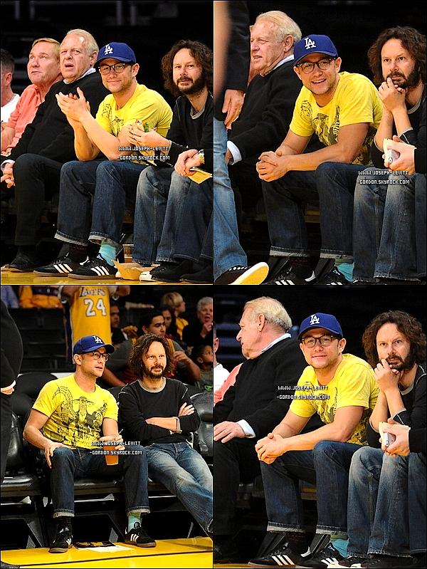 - 02/11/12 Joseph à un match des Lakers face au Clippers à Los Angeles ! Joseph a l'air ailleurs au niveau vestimentaires, les chaussettes pas de la même couleurs enfin bref un FLOP ! -