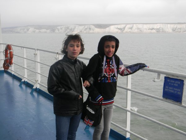 moi et adriana sur le bateau pour aller a Londres