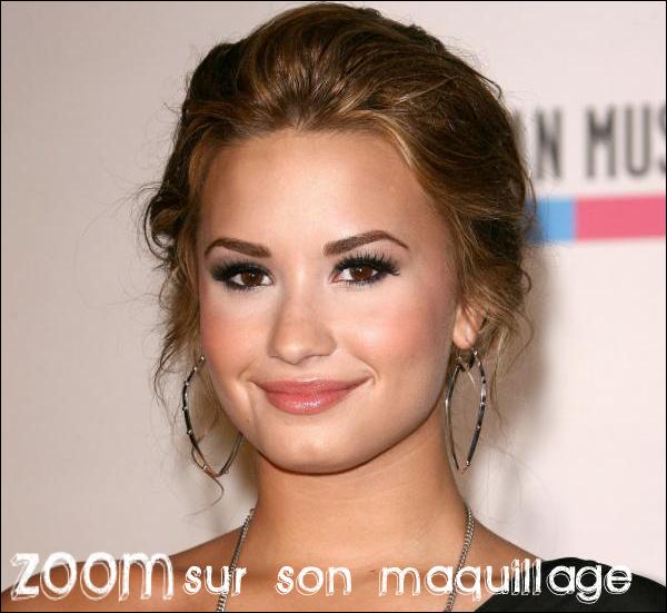 Demi toute souriante aux côtés de  Taio Cruz annoncent les nominations des « American Music Awards 2010 » le 12/12/10