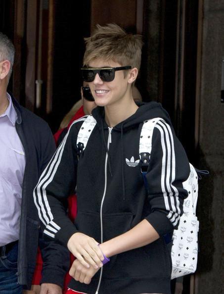 26.04 -Justin quittant son hôtel à Londres