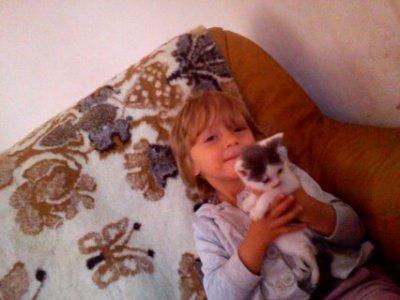 ma filleule et son chat caline