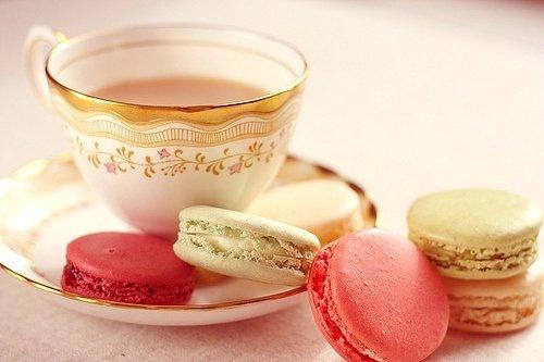 Tasse précieuse et macarons