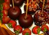 Pommes d'amour au chocolat, et fraises au caramel