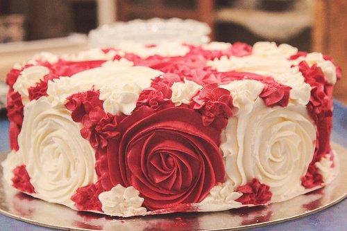 Gâteaux garni en forme de roses rouges et blanches ! Romantique !