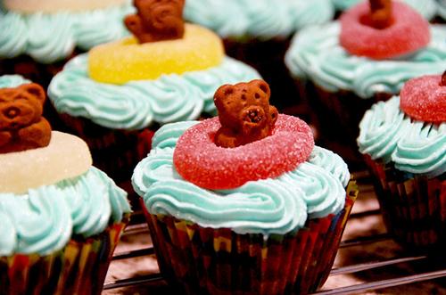 Cupcakes surmontés d'un petit ourson et d'un bonbon !